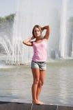 Meisje in een roze vest en borrels royalty-vrije stock foto's
