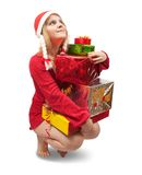 Meisje in een santahoed met de giften van Kerstmis Stock Foto's