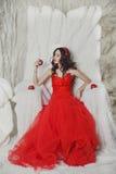 Meisje in een scharlaken kleding Stock Afbeeldingen