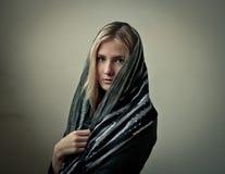 Meisje in een sjaal stock fotografie