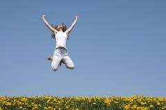 Meisje in een sprong, die omhoog eruit ziet Stock Fotografie
