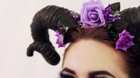 Meisje in een sprookjebeeld met hoornen op haar hoofd stock video