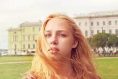 Meisje in een stadspark Royalty-vrije Stock Foto's