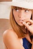 Meisje in een strohoed Stock Foto
