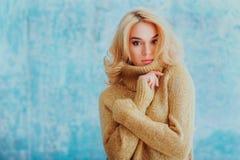 Meisje in een sweater met make-up Stock Fotografie