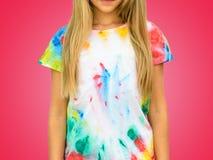 Meisje in een t-shirt in de stijl van bandkleurstof op een rode achtergrond royalty-vrije stock foto