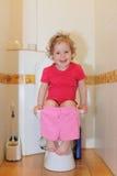 Meisje in een toilet Royalty-vrije Stock Afbeelding