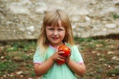 Meisje in een tuin Stock Fotografie
