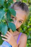 Meisje in een tuin stock afbeelding