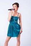 Meisje in een uitstekend kostuum met microfoon Stock Afbeeldingen