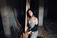 Meisje in een verlaten gebouw Stock Afbeelding