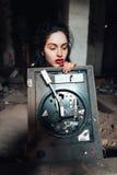 Meisje in een verlaten gebouw Stock Foto