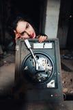 Meisje in een verlaten gebouw Royalty-vrije Stock Afbeeldingen