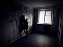Meisje in een verlaten griezelige ruimte Royalty-vrije Stock Foto