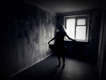 Meisje in een verlaten griezelige ruimte Royalty-vrije Stock Afbeeldingen
