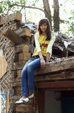 Meisje in een veronachtzaamd huis stock fotografie