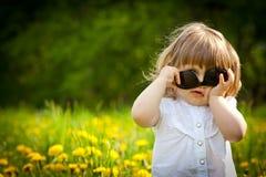 Meisje in een weide Royalty-vrije Stock Foto