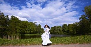 Meisje in een wit kostuum met een fantasiekap Stock Fotografie