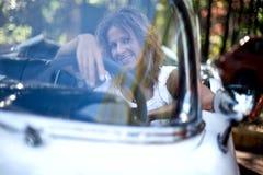 Meisje in een witte auto Stock Afbeeldingen