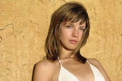 Meisje in een witte bikini Stock Afbeeldingen