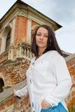 Meisje in een witte blouse die zich op steentreden bevinden Royalty-vrije Stock Foto's