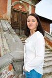 Meisje in een witte blouse die zich op steentreden bevinden Royalty-vrije Stock Afbeelding