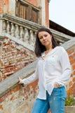 Meisje in een witte blouse die zich op steentreden bevinden Stock Afbeeldingen