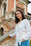 Meisje in een witte blouse die zich op steentreden bevinden Royalty-vrije Stock Fotografie
