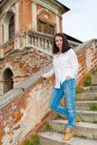 Meisje in een witte blouse die zich op steentreden bevinden Stock Foto's