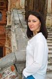 Meisje in een witte blouse die zich op steentreden bevinden Royalty-vrije Stock Foto