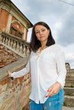 Meisje in een witte blouse die zich op steentreden bevinden Stock Foto