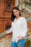 Meisje in een witte blouse die zich op steentreden bevinden Stock Fotografie