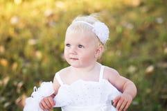 Meisje in een witte huwelijkskleding op het gras Royalty-vrije Stock Fotografie