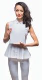 Meisje in een witte plaat van de kledingsholding Stock Foto's