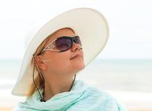 Meisje in een witte sunhat Stock Foto