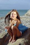 Meisje in een zonsonderganglicht Stock Foto