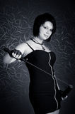 Meisje in een zwarte kleding met een katana Royalty-vrije Stock Foto