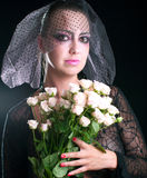 Meisje in een zwarte sluier met roze rozen Royalty-vrije Stock Fotografie
