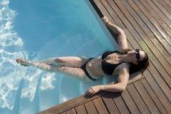 Meisje in een zwembad royalty-vrije stock afbeelding