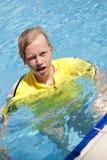 Meisje in een zwembad Stock Foto's