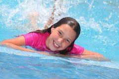 Meisje in een zwembad stock fotografie
