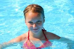 Meisje in een zwembad Stock Foto