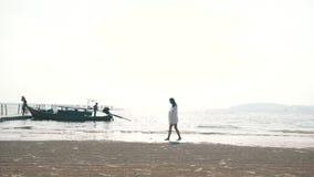 Meisje in een zwempak die door de oceaan lopen stock videobeelden