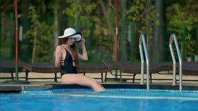 Meisje in een zwempak door de pool stock videobeelden
