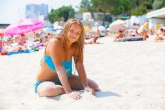 Meisje in een zwempak op het strand Stock Afbeelding