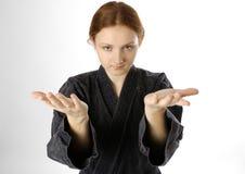 Meisje in eenvormig van krijgskunst op lichte achtergrond stock fotografie