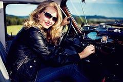 Meisje en auto royalty-vrije stock afbeelding