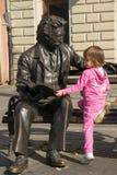 Meisje en beeldhouwwerk van dichter Laza Kostic Stock Afbeelding