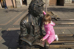Meisje en beeldhouwwerk van dichter Laza Kostic Royalty-vrije Stock Afbeeldingen