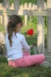Meisje en begraafplaats Stock Foto